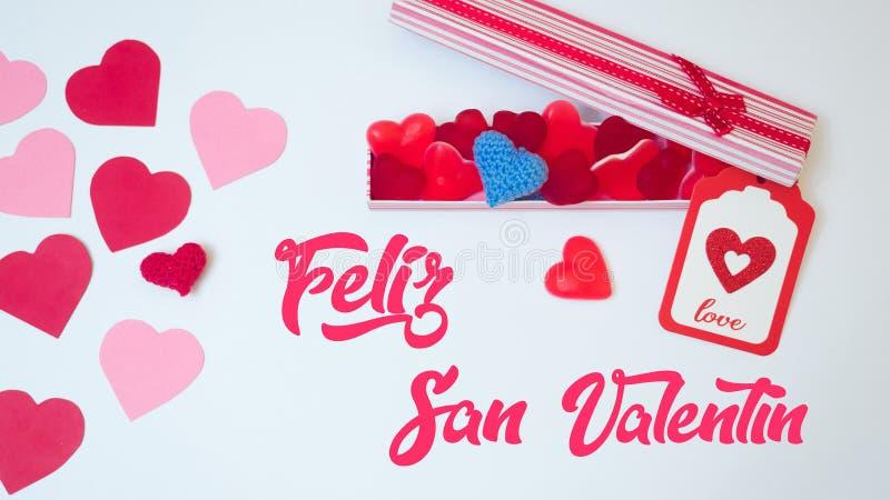 De de dagdecoratie van San Valentinemaakte withabox met de bonen van de hartgelei gummies en rode en roze document harten Minna royalty-vrije stock foto's