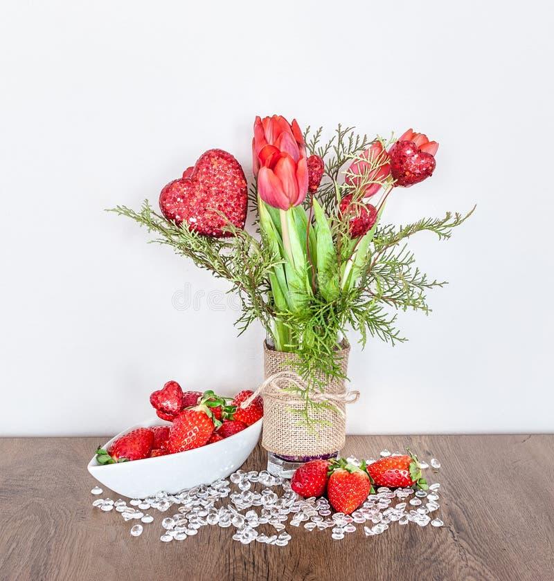 De Dagdecoratie van Valentine ` s met Tulpen en Aardbeien stock afbeeldingen