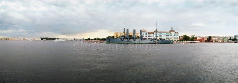 De dageraad is een Russische beschermde die kruiser, momenteel als museumschip wordt bewaard stock afbeeldingen