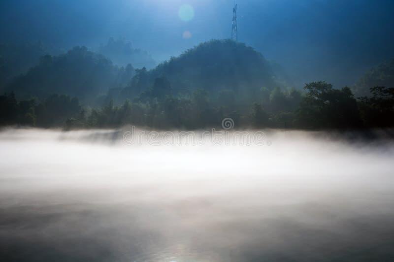 De dageraad op het Dongjiang-Meer stock afbeelding