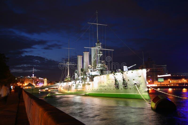 De Dageraad van de kruiser bij nacht royalty-vrije stock afbeelding