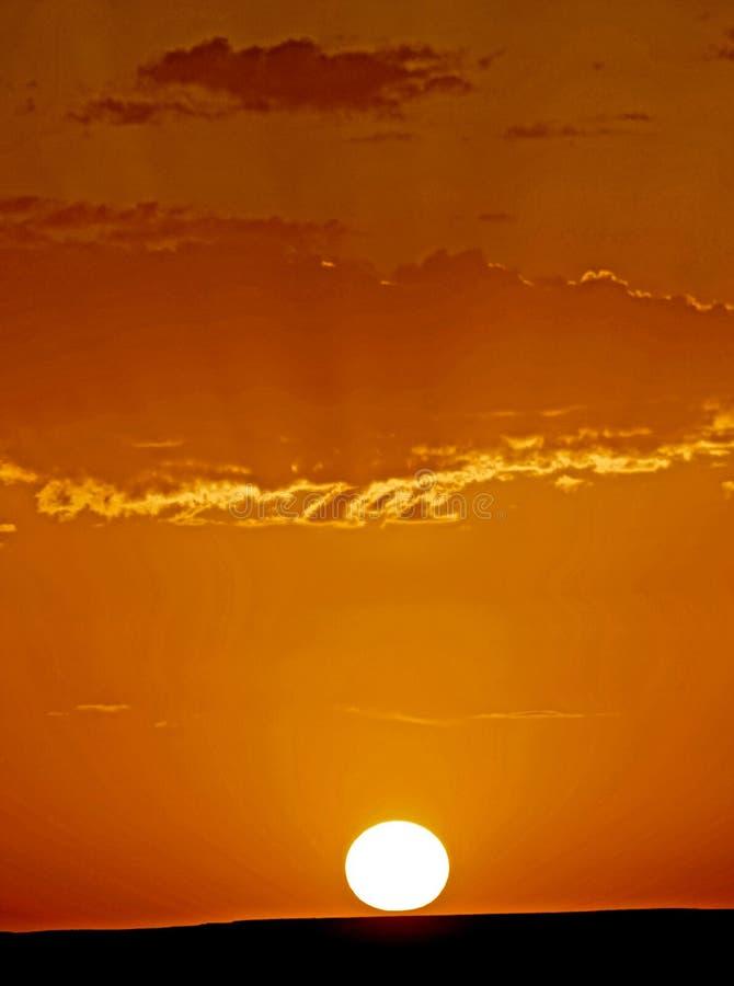 De dageraad van een nieuwe dag in de woestijnduinen van ERG in Marokko stock afbeelding