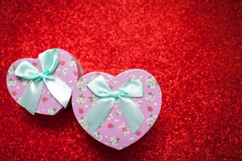 De daggift van Valentine ` s voor de tweede helft, een romantische foto, een doos van hart-vormig, briljant op een rode achtergro royalty-vrije stock afbeeldingen