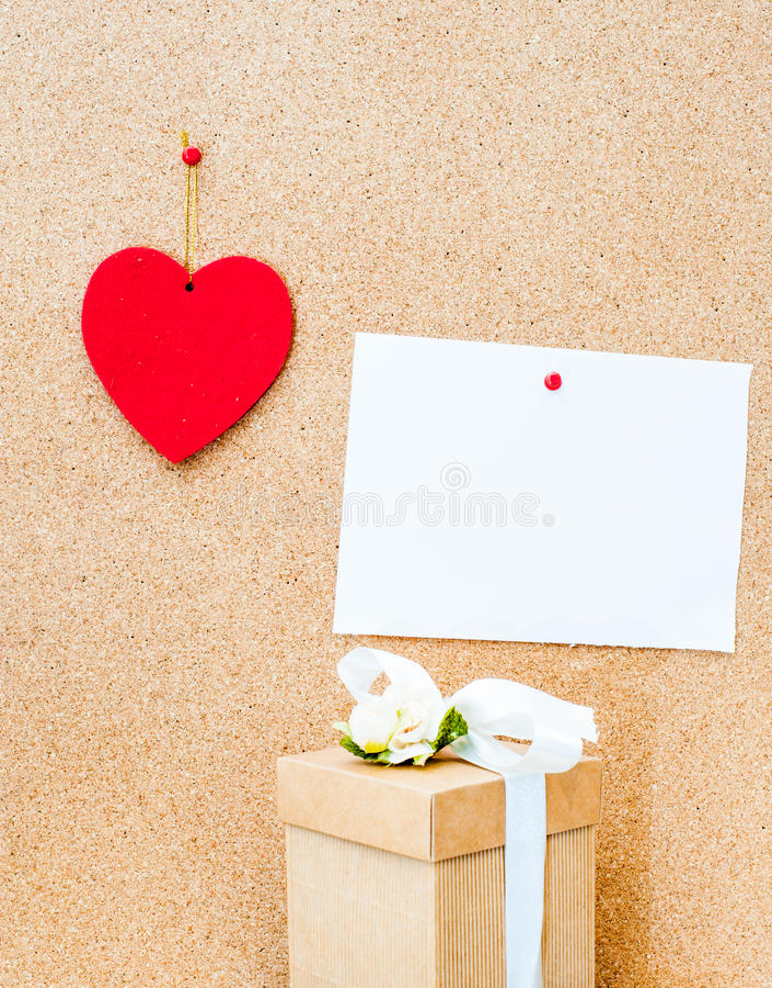 De daghart van Valentine, giftdoos en witte lege kaart op houten B stock foto's