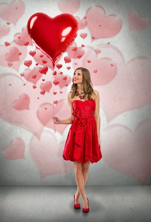 De Dagmeisje van aantrekkelijk Valentine met ballon stock foto