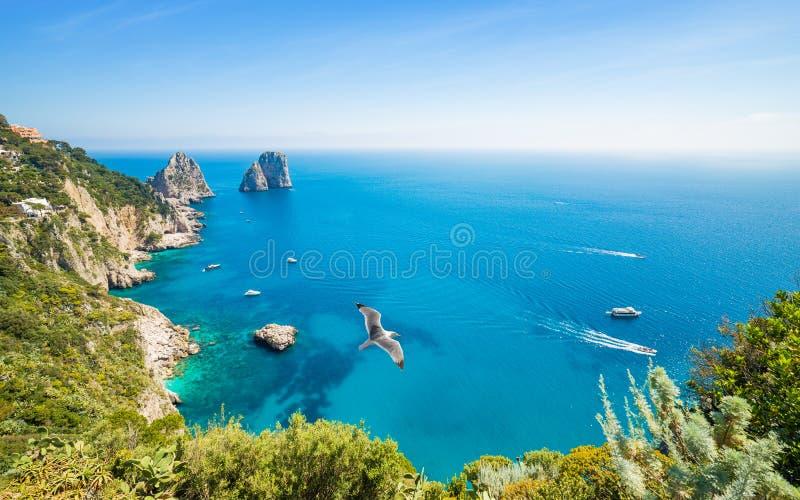 De dagmening van beroemde Faraglioni schommelt dichtbij Capri-eiland, Italië royalty-vrije stock afbeelding