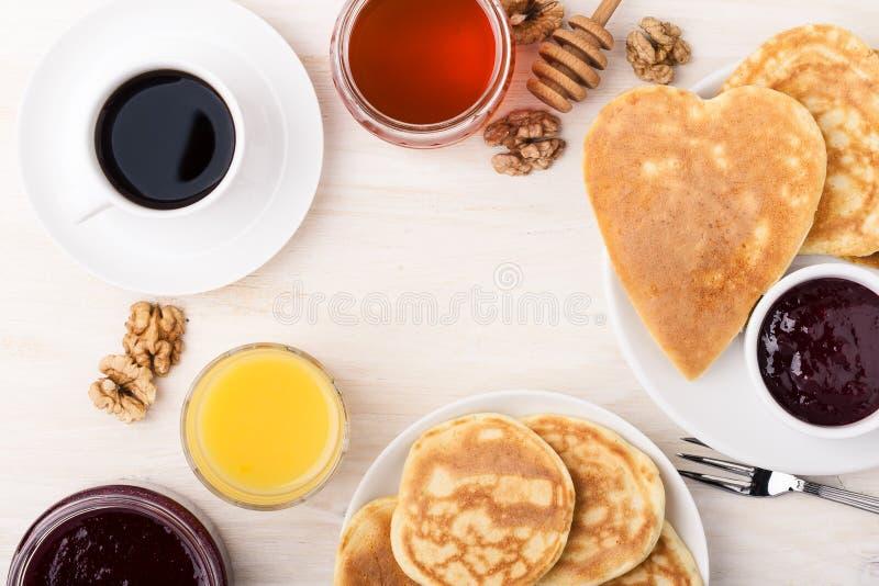 De dagontbijt of brunch van Valentine ` s Lijst hierboven wordt bekeken die van stock foto