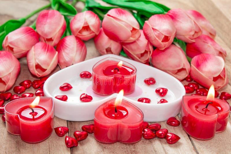 De Dagtulpen van Valentine, een hart-vormige plaat en een hart-vormige kaars royalty-vrije stock foto