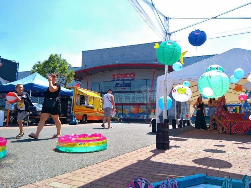 De Dagviering van kinderen bij het Tesco-Winkelcentrum royalty-vrije stock afbeeldingen