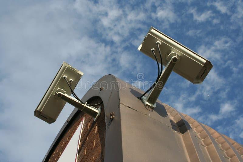 De dak opgezette camera's van kabeltelevisie stock foto