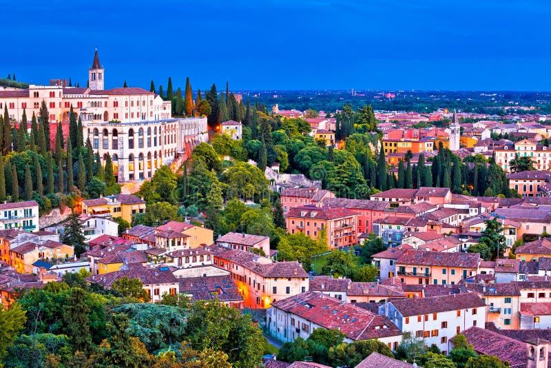 De daken en de Opera de avondmening van Don Calabria van Verona stock foto