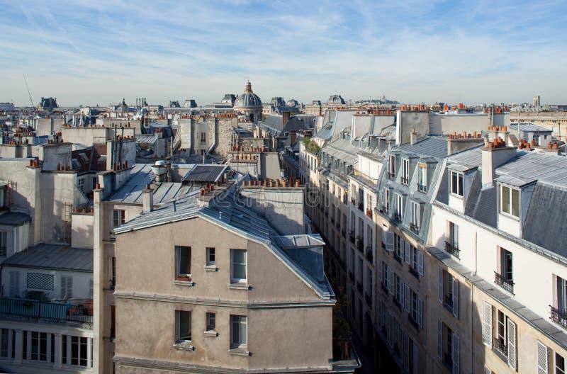 De daken van Parijs met de lat op achtergrond. stock afbeeldingen