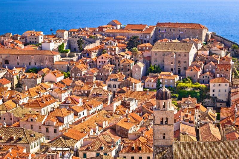 De dakenmening van het Dubrovnik oude centrum van stadsmuren stock foto