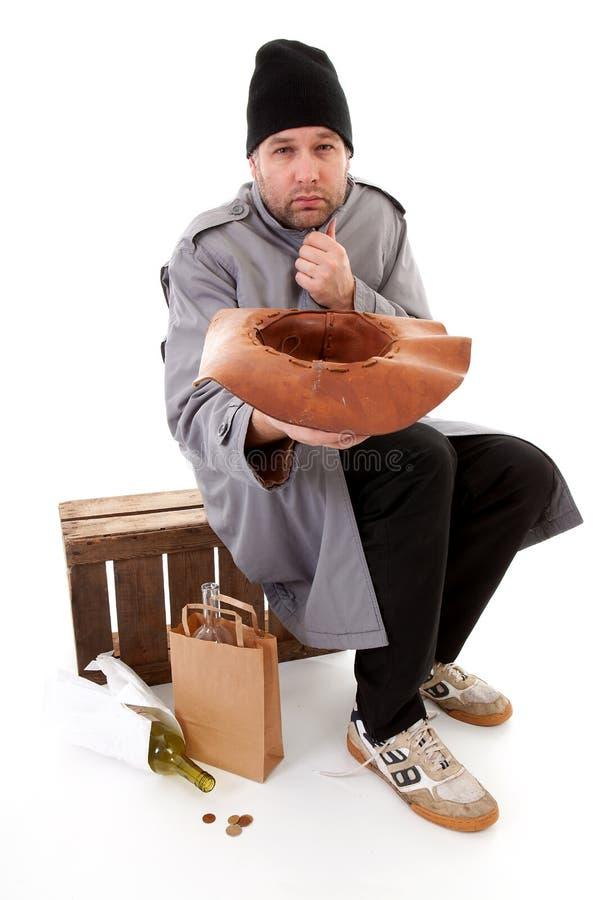 De dakloze hoed van de bedelaarsholding voor geld stock afbeeldingen