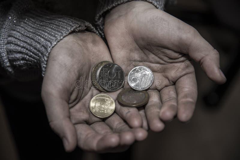 De dakloze mens vraagt om geld stock foto's