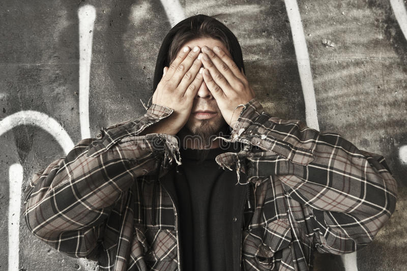 De dakloze mens ziet geen kwaad stock fotografie