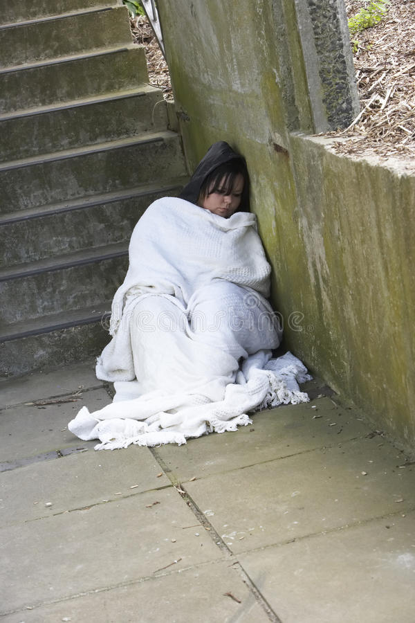 De Dakloze Ruwe Slaap Van Het Meisje Stock Foto's