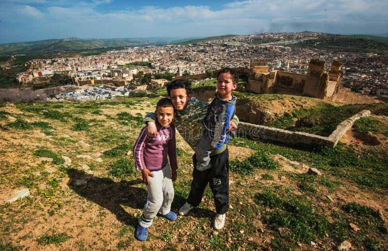 De dakloze slechte kinderen in oude Fes-stad ruïneert berg, Fes, Marokko royalty-vrije stock afbeelding