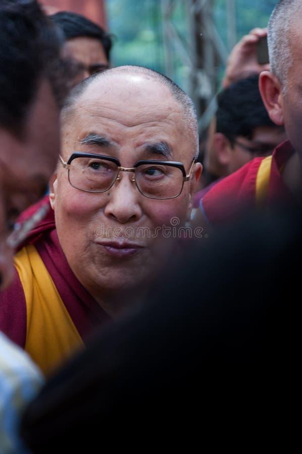 14de Dalai Lama in het midden van een menigte royalty-vrije stock afbeeldingen