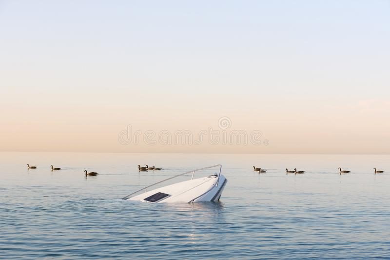 De dalende moderne grote witte boot gaat onderwater stock fotografie