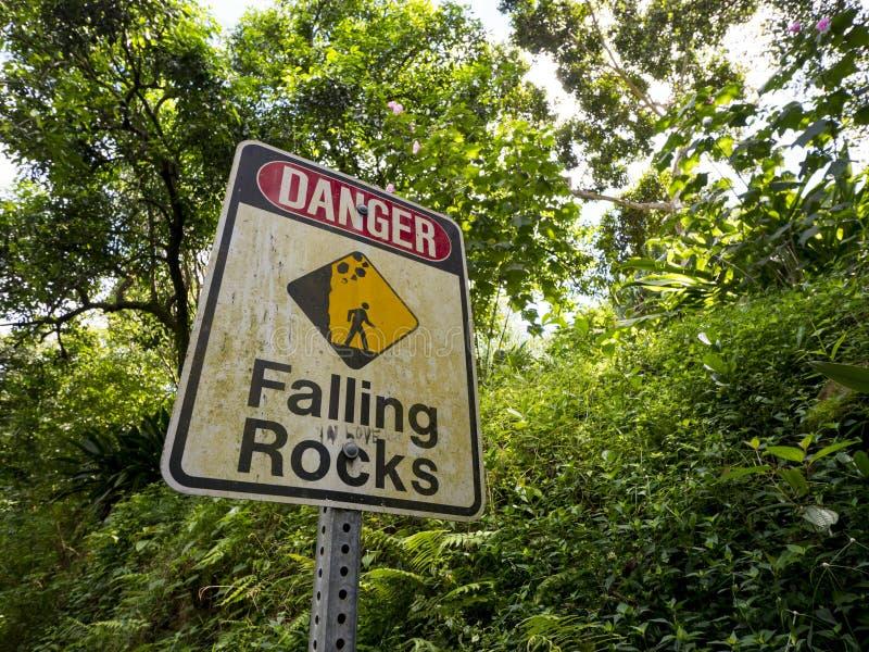 De dalende rotsen van het gevaarsteken stock fotografie