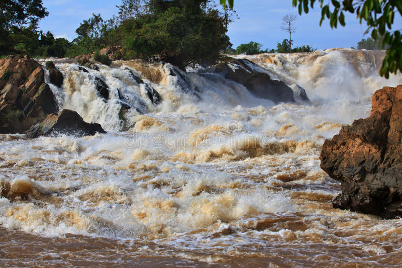 De daling van het Conprapengwater of mekong rivier in champasak zuidelijk van Laos één van de grootste en mooie waterval in Azië e stock fotografie