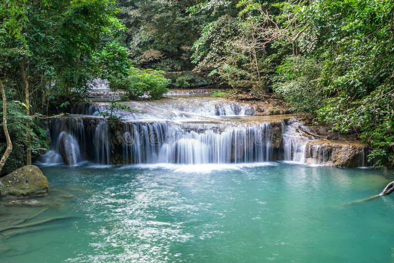 De daling van het Erawanwater, tropisch regenwoud bij Srinakarin-Dam, Kanchanaburi, Thailand De daling van het Erawanwater is moo royalty-vrije stock afbeeldingen