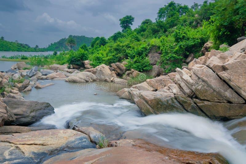 De daling van het Ghatkholawater, Purulia, West-Bengalen - India stock foto