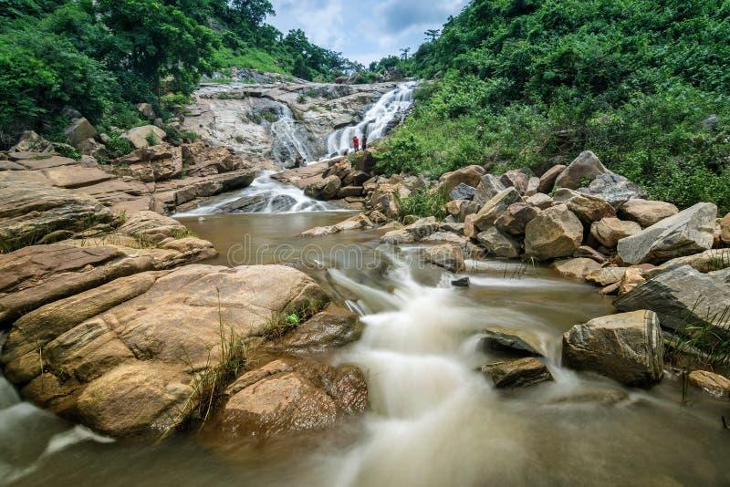 De daling van het Ghatkholawater, Purulia, West-Bengalen - India stock fotografie