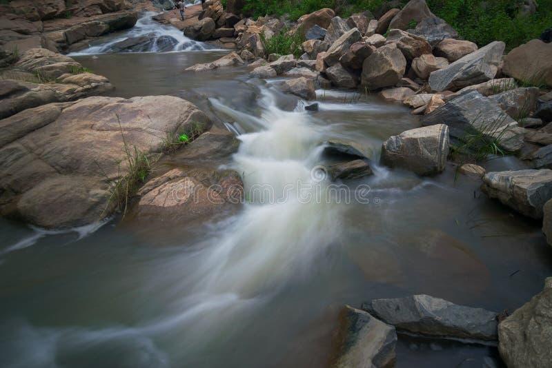 De daling van het Ghatkholawater, Purulia, West-Bengalen - India stock foto's