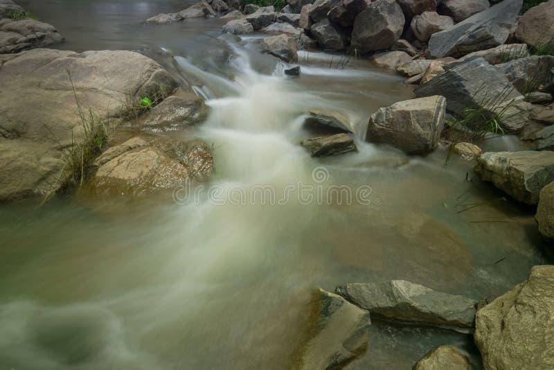 De daling van het Ghatkholawater, Purulia, West-Bengalen - India royalty-vrije stock foto