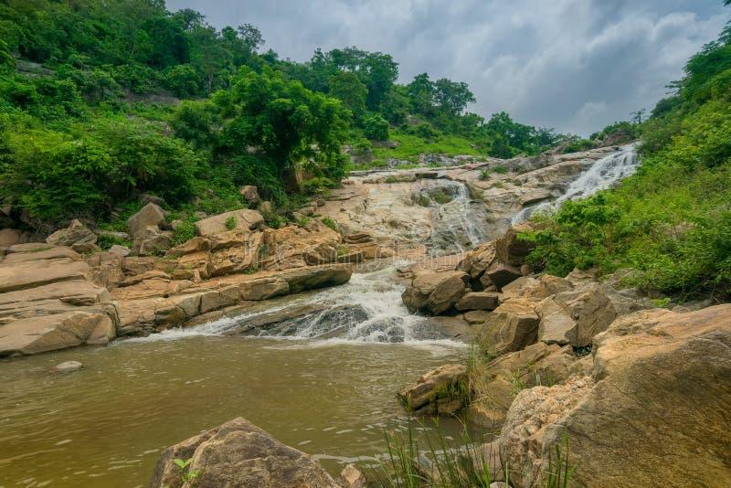 De daling van het Ghatkholawater, Purulia, West-Bengalen - India royalty-vrije stock fotografie