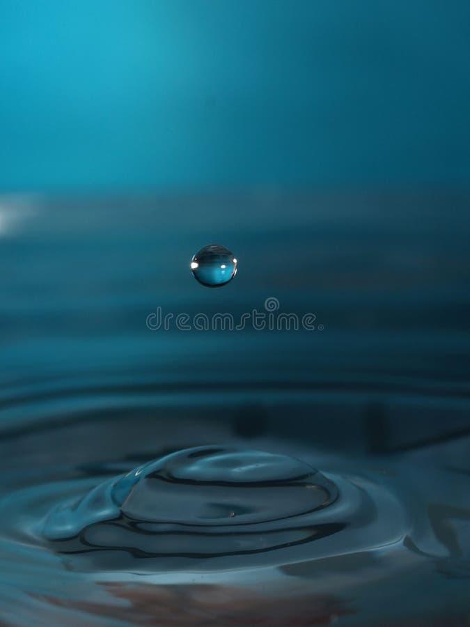 De daling van het water in blauw stock foto's