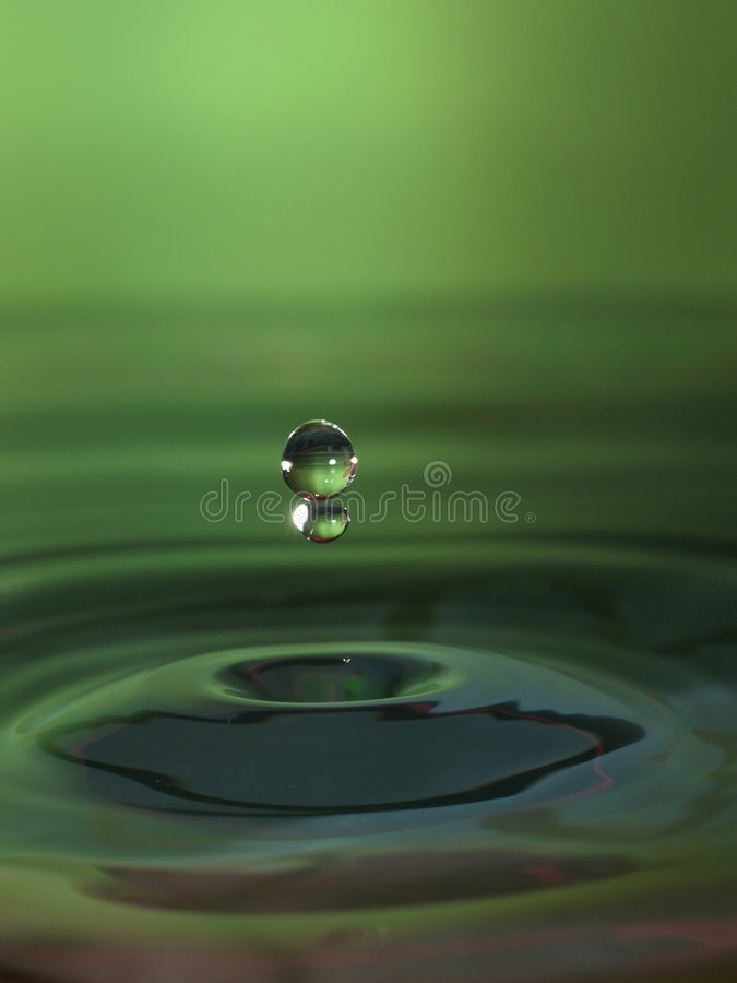 De daling van het water in groen royalty-vrije stock foto's