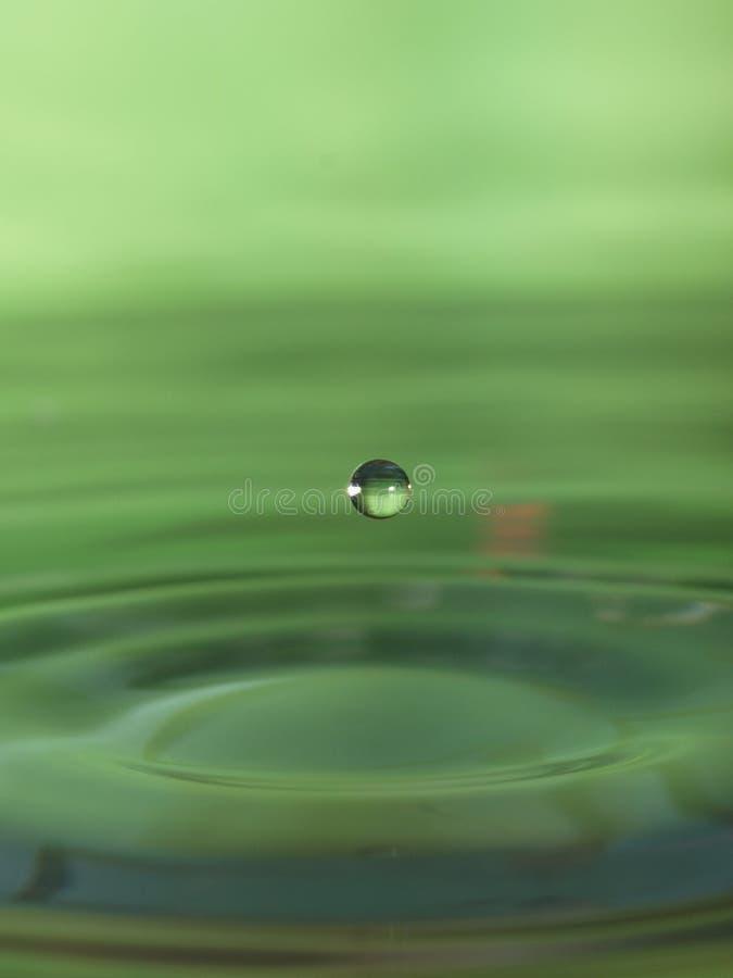 De daling van het water in groen royalty-vrije stock afbeelding