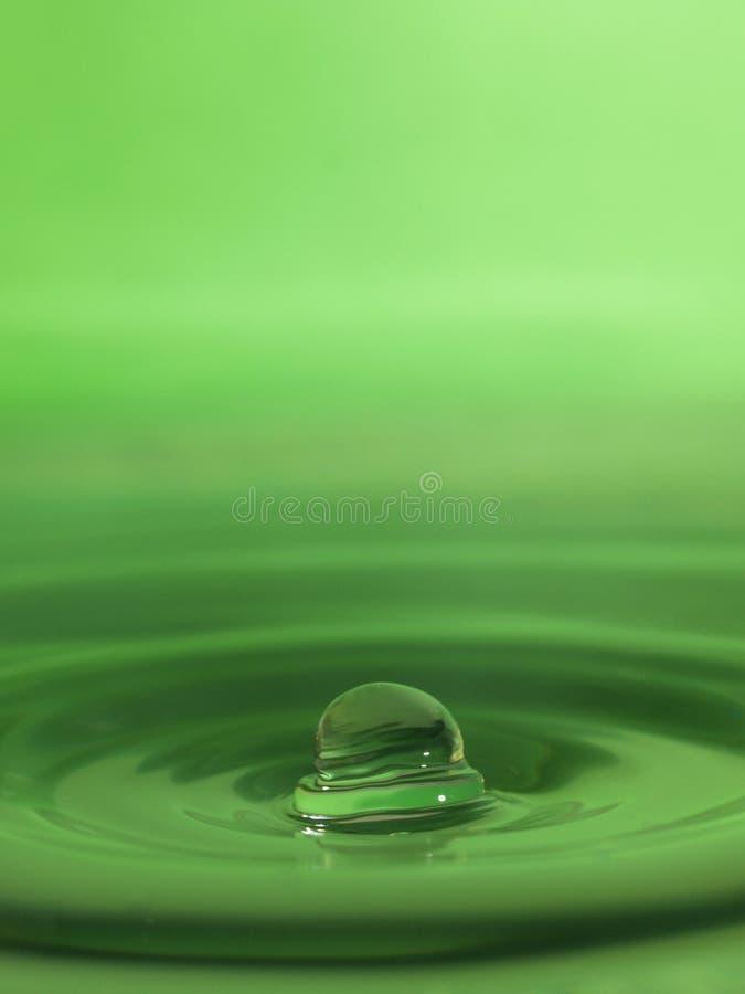 De daling van het water in groen stock afbeelding
