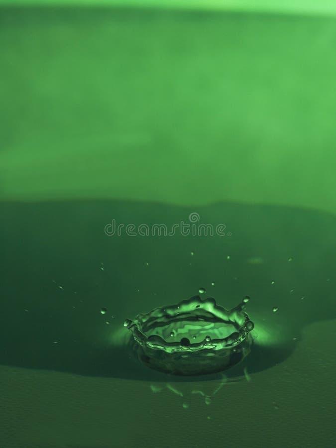 De daling van het water in groen royalty-vrije stock afbeeldingen