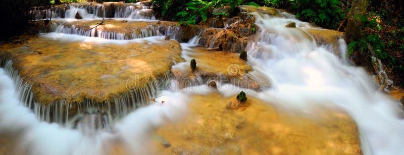 De daling van het water in lentetijd stock afbeeldingen