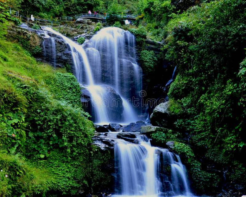 De daling van het water: stroomversnelling in stroom stock foto's