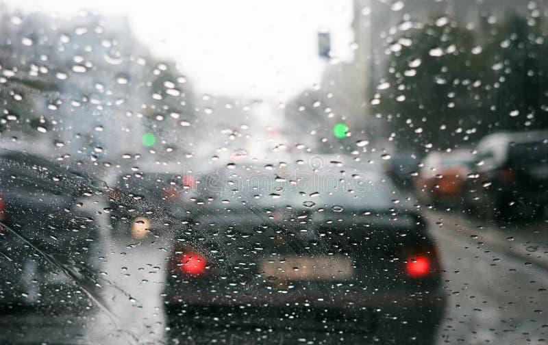 De dalingen van de regen op windscherm stock foto's