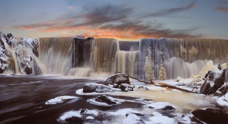 De dalingen van de winter op een zonsondergang stock afbeeldingen