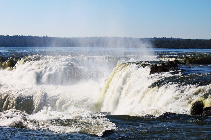 De Dalingen van de duivels` s Keel - Iguazu, Argentinië stock fotografie