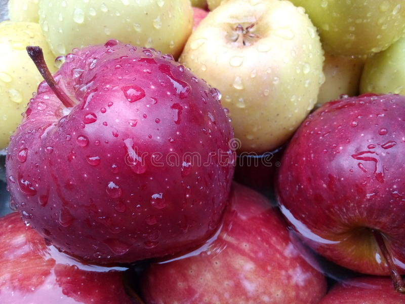 De dalingen van het water op appel royalty-vrije stock foto's
