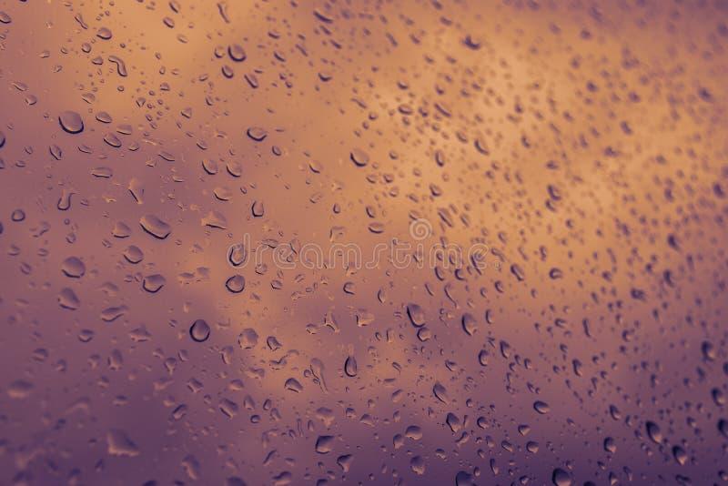 De Dalingen van het water op Glas stock afbeeldingen