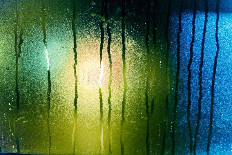 De dalingen van het water op vochtig glas stock foto's