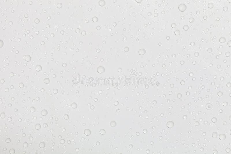 De dalingen van het water op witte achtergrond stock foto