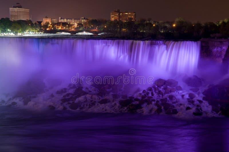 De dalingen van Niagara bij nacht stock foto