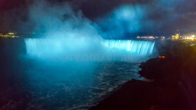 De Dalingen van Niagara van watervallenlandschappen 's nachts, Toronto stock afbeelding