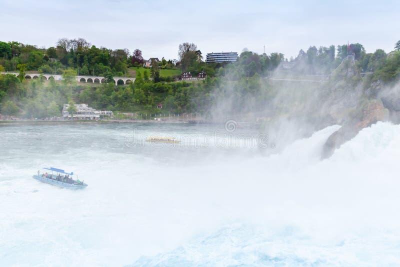 De dalingen van Rijn Snel gevallen rivierwater met schuim stock foto