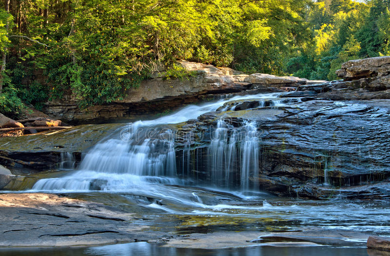 De dalingskleuren bij slikken Dalingen slikken binnen het Park van de Kreekstaat, Maryland royalty-vrije stock foto